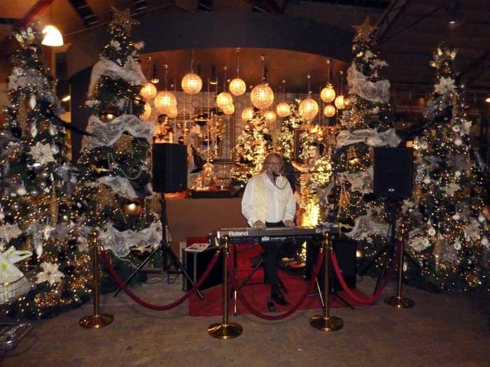 Hans Baaij brengt ook een gevarieerd programma met kerstnummers in het Nederlands en Engels