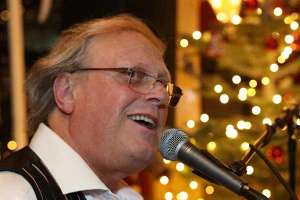 Zanger toetsenist muzikant Entertainer Hans Baaij